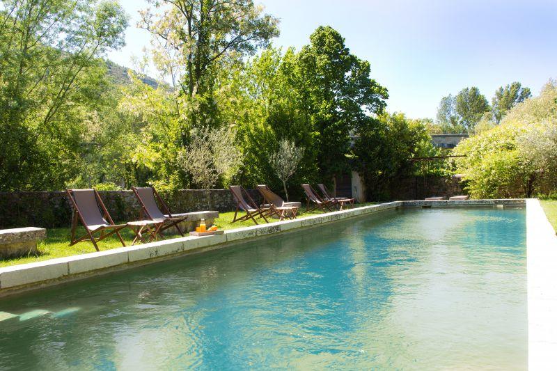 G te de charme au ch teau d 39 uzer g tes locations for Bassin piscine pierre